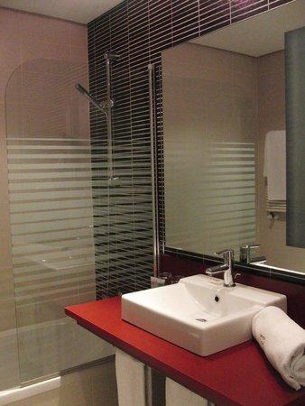 ILUNION Atrium: Duschbadewanne