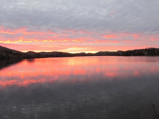 Auberge du Lac des Sables: Beautiful sunset across from our room