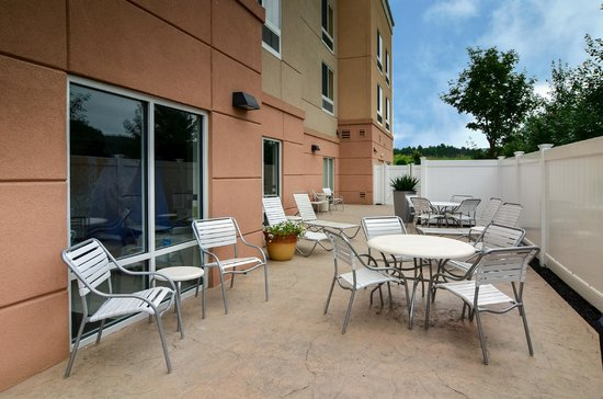 Fairfield Inn & Suites Huntingdon Route 22/Raystown Lake : Outdoor Patio