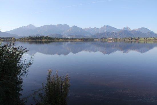 Hotel Am Hopfensee: Um espelho para as montanhas
