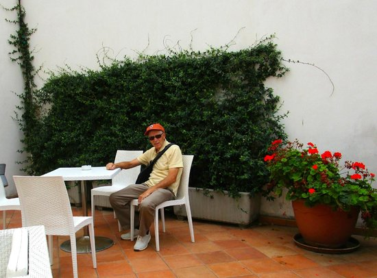 Hotel Palazzo Sitano: Outdoor sitting area overlooking the street