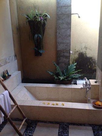 The Sungu Resort & Spa : Baño de la habitación con ducha y bañera