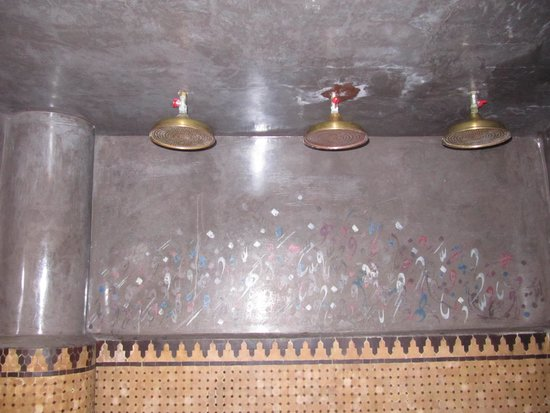 Riad Damia: 3 Duschköpfe im Bad