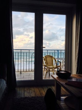 Tolcarne Beach Apartments: lounge view