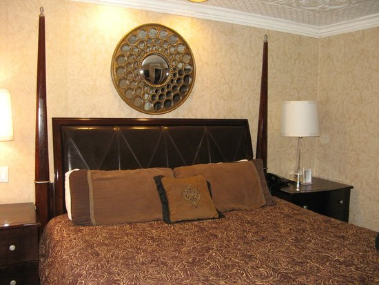 Chateau Inn & Suites: King size bed