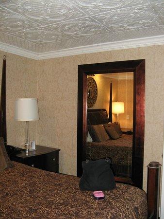 Chateau Inn & Suites: Bedroom