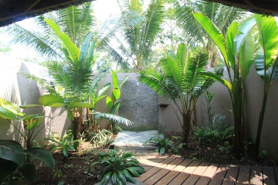 Lope Lope Lodge: Natora fare outdoor shower
