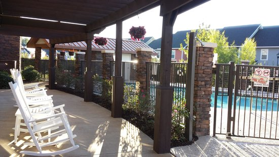 TownePlace Suites Columbia Southeast/Fort Jackson: rockers overlooking the pool