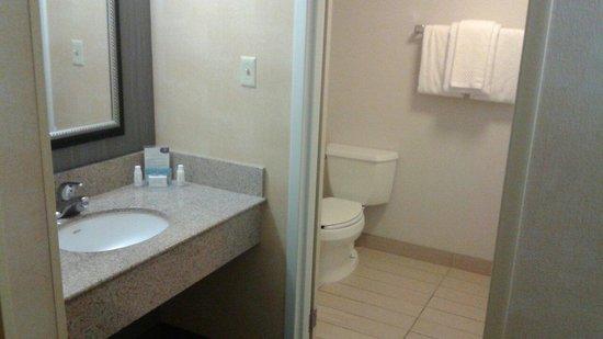 Courtyard Lexington North: Bathroom