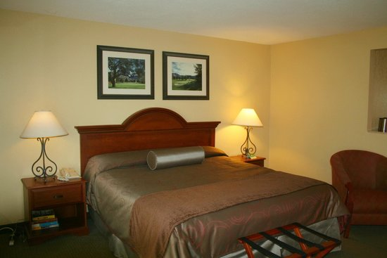 San Vicente Golf Resort : Lodge room with king bed