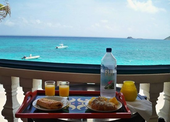 Le Petit Hotel : Breakfast on our 2nd floor balcony