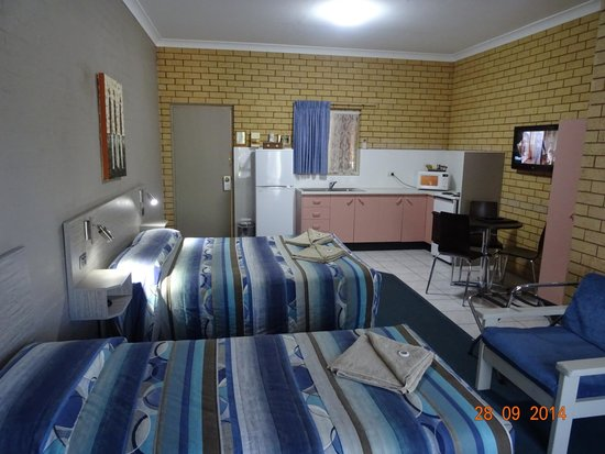 Tallarook Motor Inn : Self contained room with a queen and 2 singles