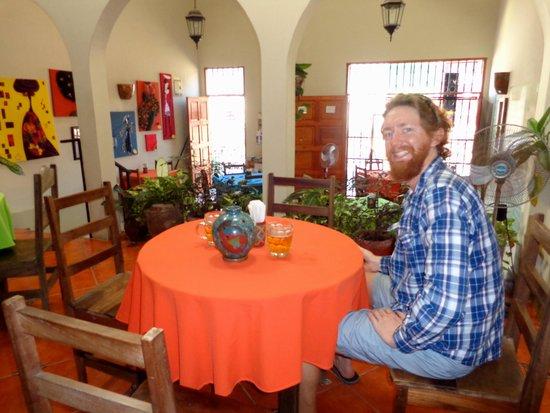 Restaurante El Garaje: The colourful dining room