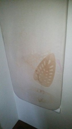 Pigeon River Inn: Burn marks on the ironing board cover.... replacements can be purchased for about $1!