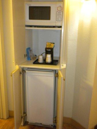 La Quinta Inn & Suites Memphis Primacy Parkway: The 'food area' neatly inside pantry doors.