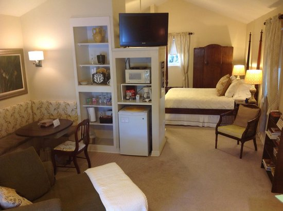 Andre's Riverview Bed and Breakfast: Overview of Treehouse Suite