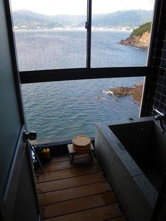 Takaura: 部屋風呂からの景色