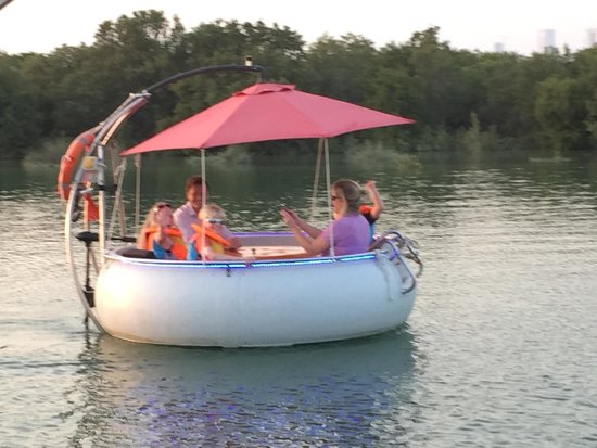 Abu Dabi, Birleşik Arap Emirlikleri: Cruising along the Eastern Mangroves in an electric donut boat.