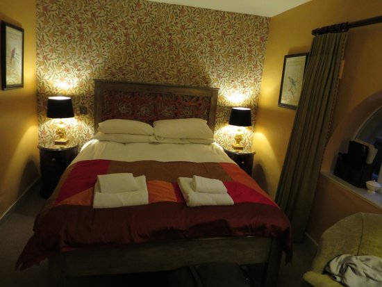The Pembroke Arms Hotel: Bed in the small room
