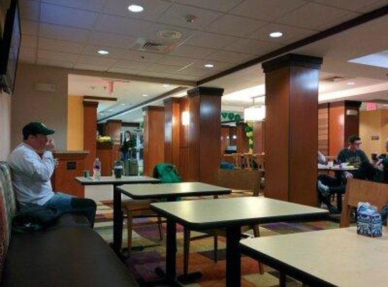 Fairfield Inn & Suites by Marriott Waco North: The seating area for complimentary breakfast