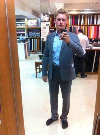 RK Fashions and Tailors: Mein Anzug beim zweiten Fitting mit hellblauem Hemd.