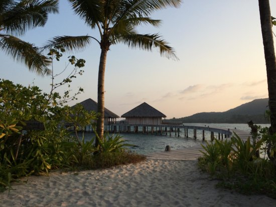 Song Saa Private Island: Boardwalk to the dining pavilion