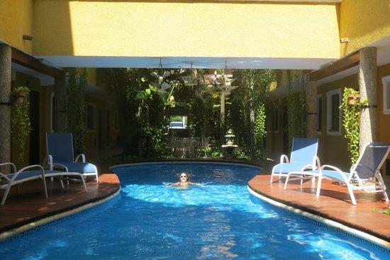Hotel Las Golondrinas: La pileta principal, una chapuzon para sacar la arena de la play