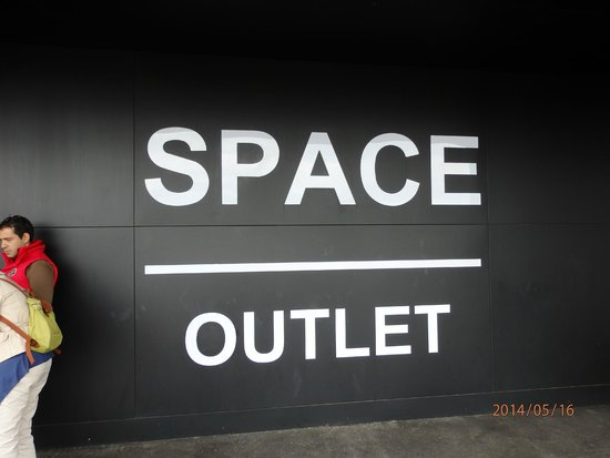 Prada Outlet (Space): 入口