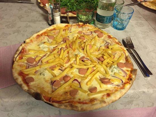 Pizzeria Ristorante La Rosa Blu: Marsigliese con aggiunta Wuster e Patatine