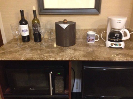 Ayres Hotel & Spa Moreno Valley: Nice convenient microwave and fridge area. The coffee maker is ours, but they do have a single c