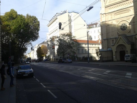 NH Wien Belvedere: Calle del hotel norte