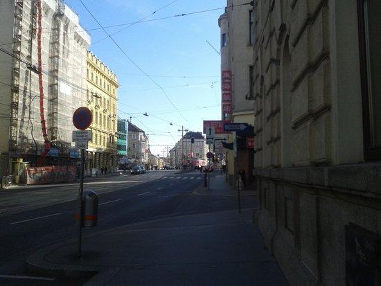 NH Wien Belvedere: Calle del hotel sur