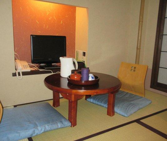 Matsubaya Inn: Seating area in our room