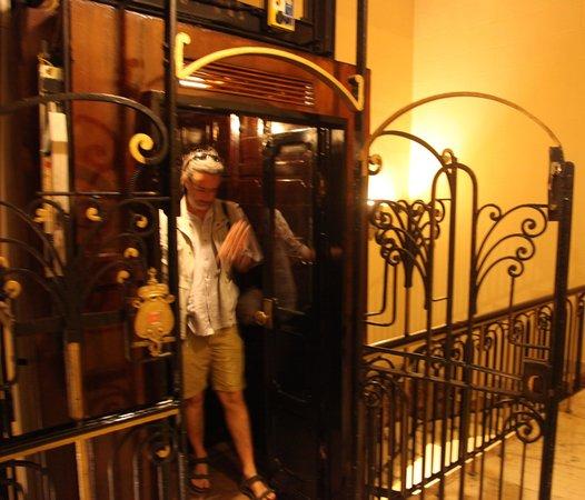 Paradise Inn Le Metropole Hotel: Elevator