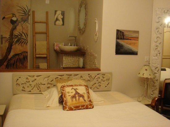 """Villa les falaises : Le coin """"salle-de-bains"""" derrière le lit"""