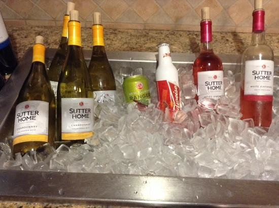 Homewood Suites by Hilton La Quinta: wine bar in the evenings