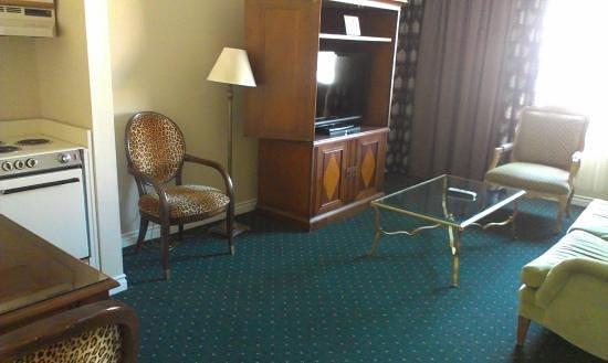 Garden Suites Hotel & Resort: View when you first walk into the door