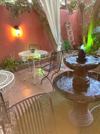Central Hotel: patio garden
