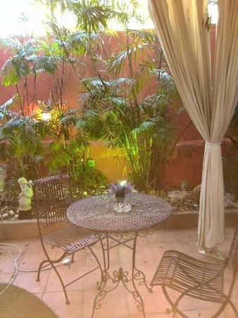 Central Hotel: patio garden corner