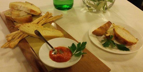 Podere Rega: 2 pains de brioche, some crostini with herbs and a rice-filled bread