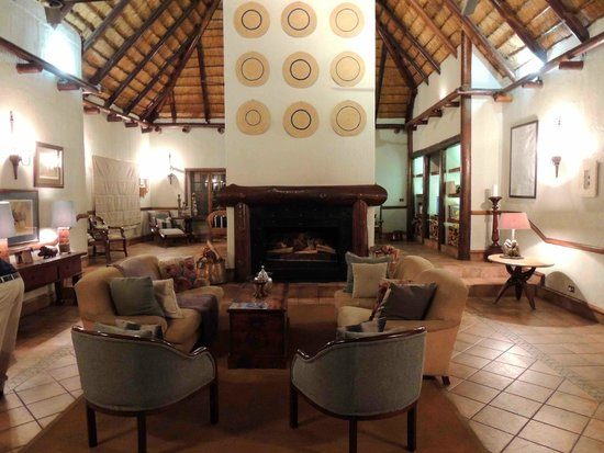 Thornybush Waterside Lodge: ONE OF THE SOCIAL AREAS