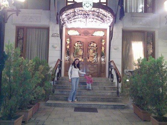 Grand Hotel London: вход в отель