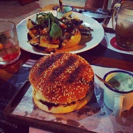 La Dolina : hamburguesa argentina: hamburguer na parrila c queijo provolone, tomate c azeite de alecrim e ce