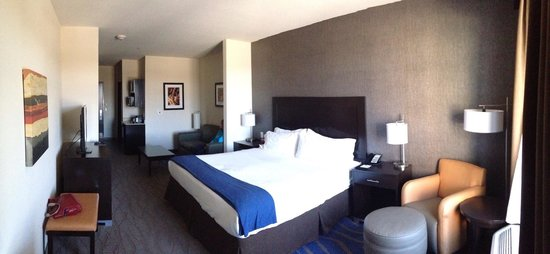 Holiday Inn Express at KU Medical Center: Roomy , comfy suite.