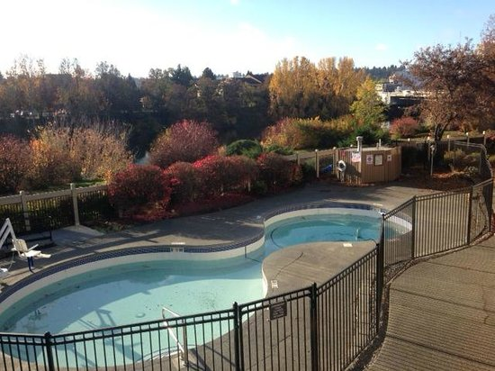 Red Lion River Inn: River surrounded by fall colors
