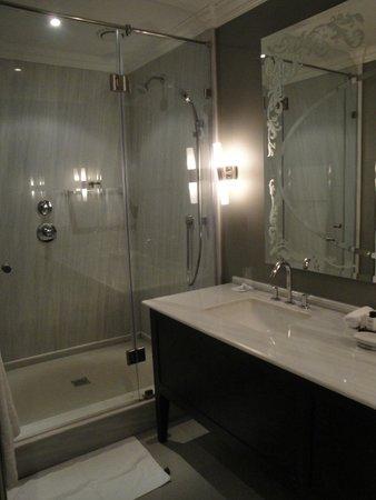 كوين فيكتوريا هوتل: Il bagno, con toilette separata