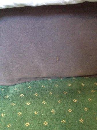 Alderley Edge Hotel : food stuck to bed vallance