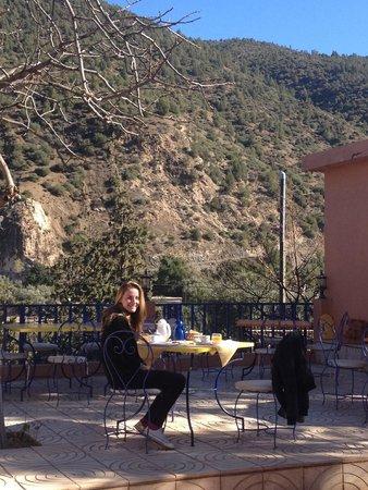Auberge Le Maquis: ma fille sur la terrasse au soleil face aux montagnes