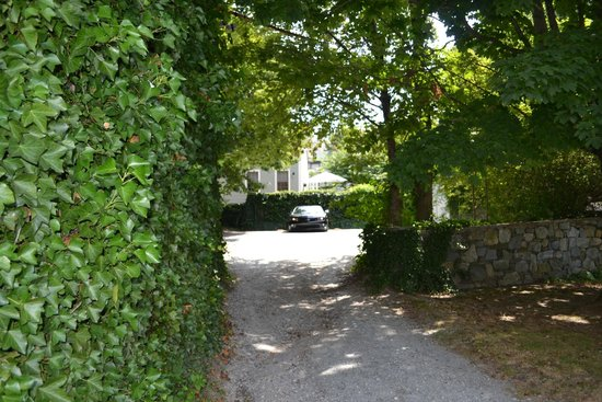 The Wynstone : Inn parking, street view