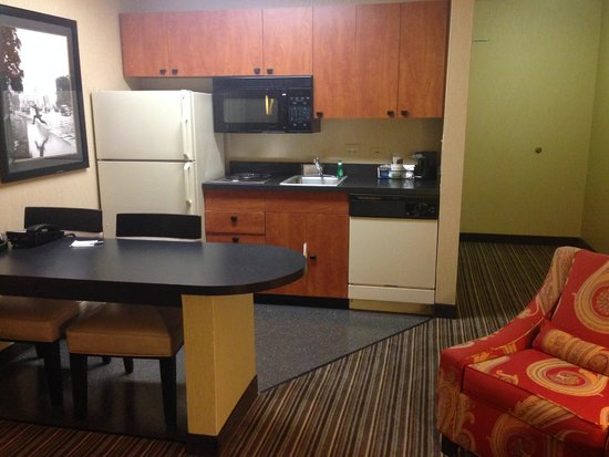 Hampton Inn and Suites Chicago Lincolnshire: Working Station y Cocina